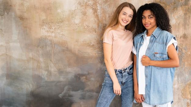 Smiley vriendinnen poseren samen met kopie ruimte Gratis Foto