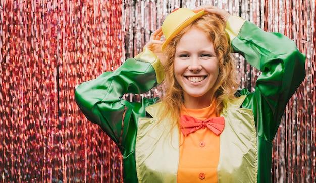 Smiley vrouw gekostumeerd op carnaval feest Gratis Foto