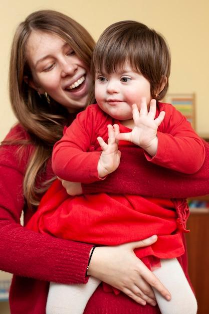 Smiley vrouw met kind met het syndroom van down Premium Foto
