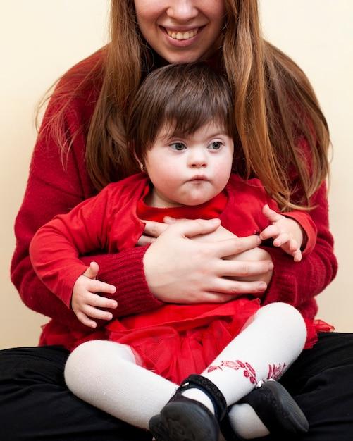 Smiley vrouw met kind met het syndroom van down Gratis Foto