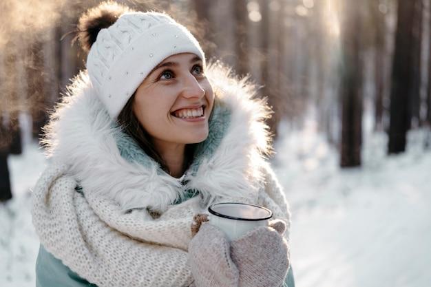 Smiley vrouw poseren buiten in de winter Premium Foto