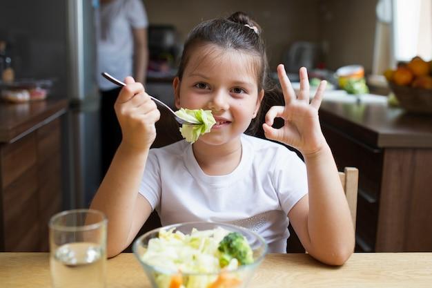 Smileymeisje die een heide maaltijd hebben Gratis Foto