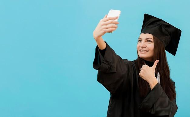 Smileymeisje die selfie nemen Gratis Foto