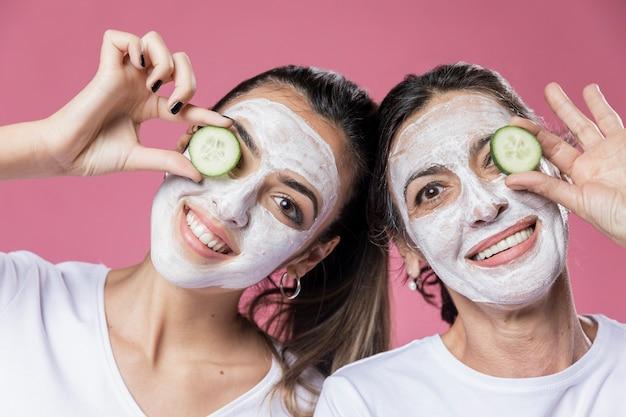Smileymeisje en mamma die gezichtsmasker hebben Gratis Foto