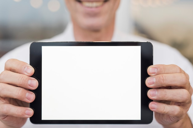 Smileymens die een lege tablet houden Gratis Foto