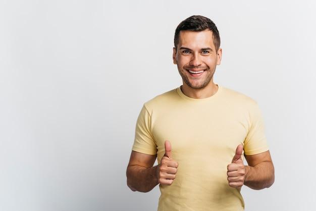 Smileymens die van een idee met exemplaarruimte houden Premium Foto