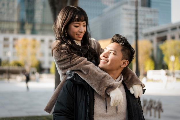 Smileypaar buiten in de stad Premium Foto