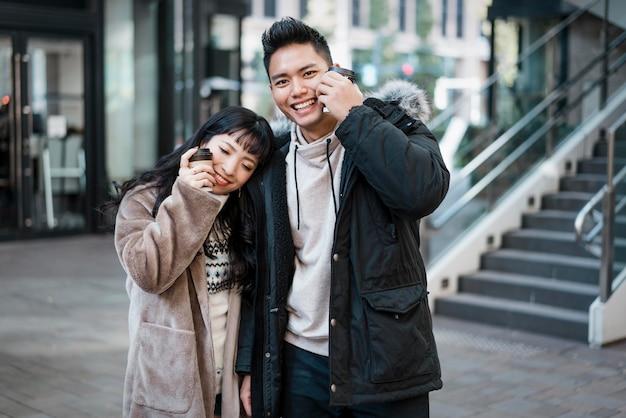 Smileypaar dat koffie in openlucht heeft Premium Foto