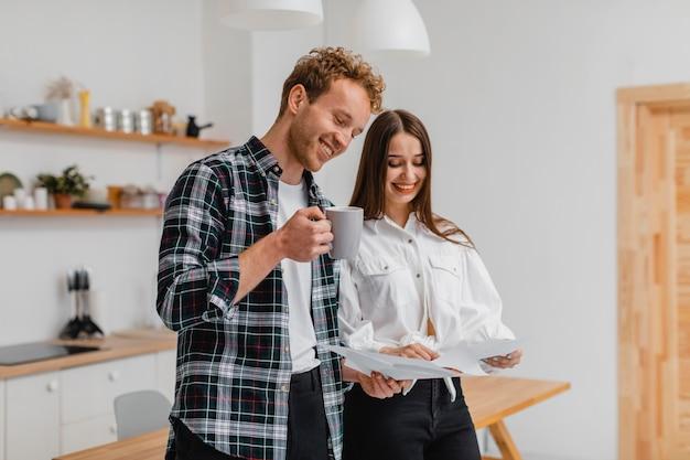 Smileypaar dat plannen maakt om het huis samen te verbouwen Gratis Foto