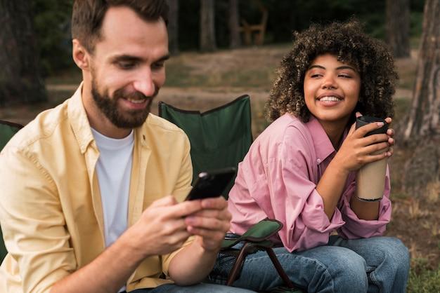 Smileypaar dat samen tijd doorbrengt tijdens het kamperen Gratis Foto