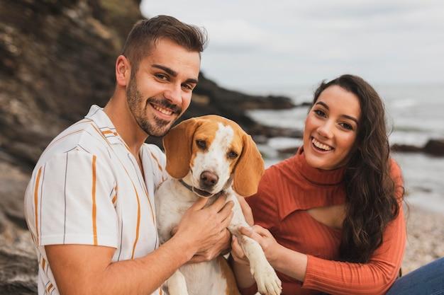 Smileypaar met hond Gratis Foto