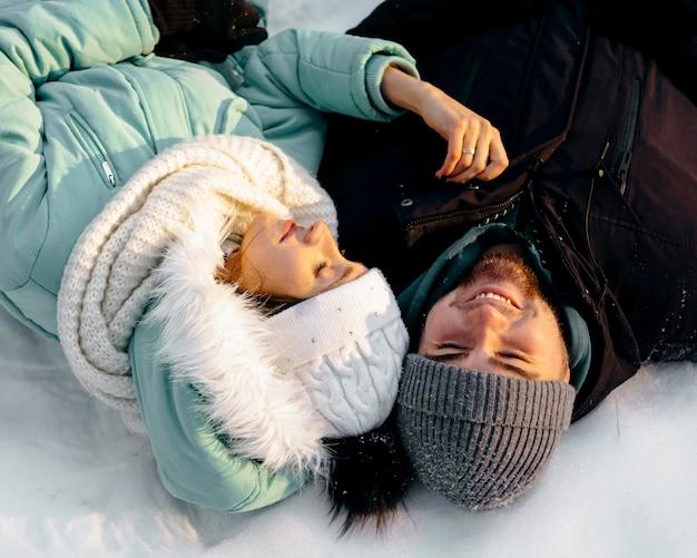 Smileypaar samen buiten in de winter Gratis Foto