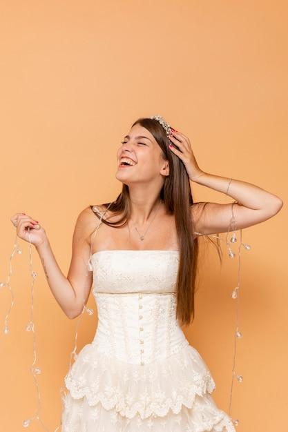 Smileytiener die haar quinceañera vieren terwijl het stellen Gratis Foto