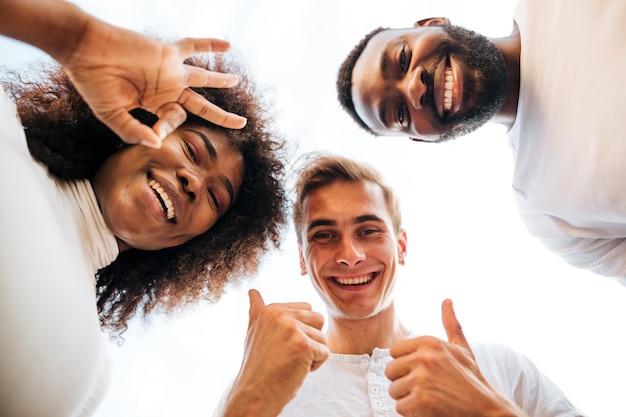 Smileyvrienden die neer op camera kijken Gratis Foto