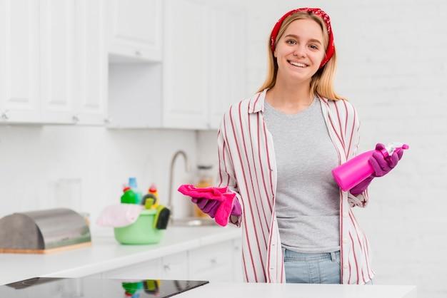 Smileyvrouw bereid om schoon te maken Gratis Foto