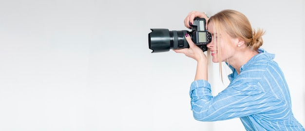 Smileyvrouw die een beeld en een exemplaarruimte nemen Premium Foto