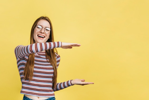 Smileyvrouw die glazen met exemplaarruimte dragen Gratis Foto