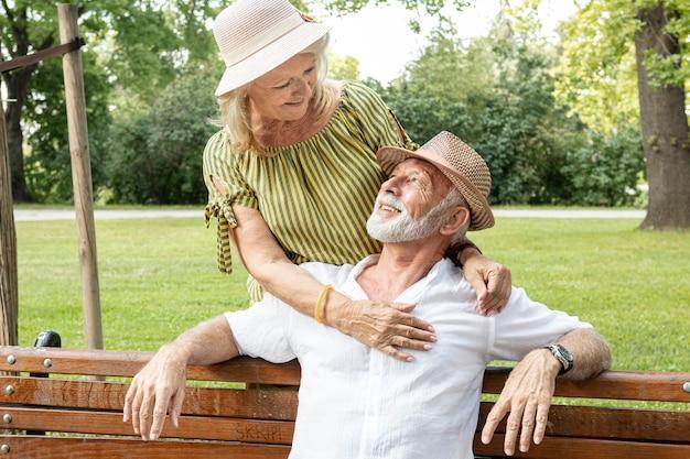 Smileyvrouw die in zijn man ogen kijkt Gratis Foto