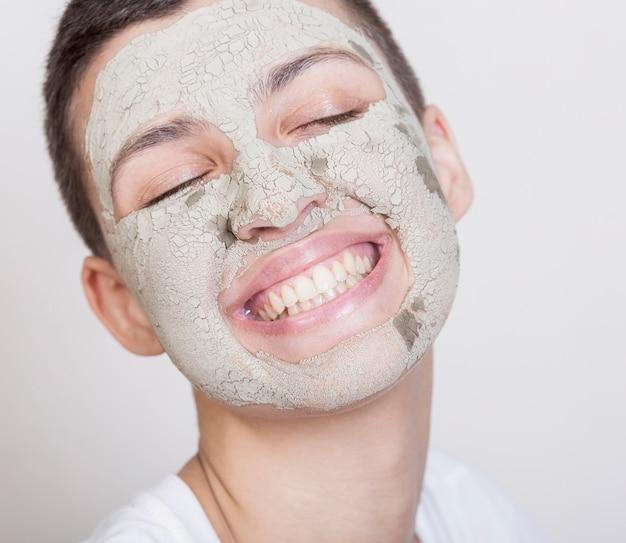 Smileyvrouw met gezichtsmasker Gratis Foto