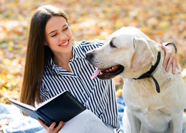 Smileyvrouw met haar leuke hond Gratis Foto