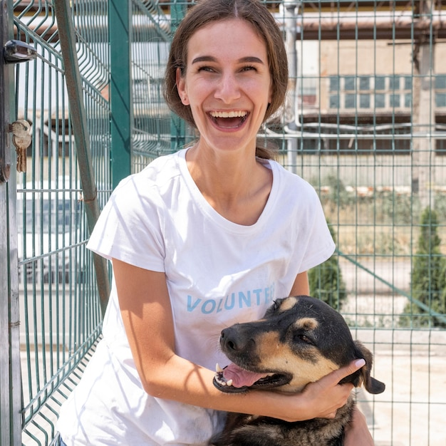 Smileyvrouw met leuke hond die door iemand wacht om te worden goedgekeurd Gratis Foto