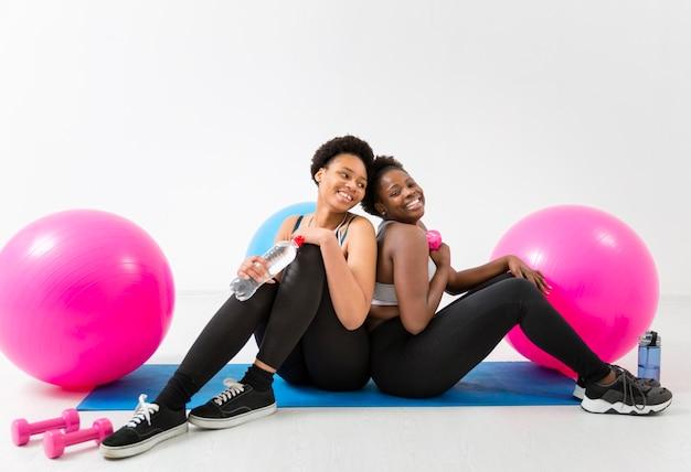 Smileyvrouwen op pauze van training Gratis Foto