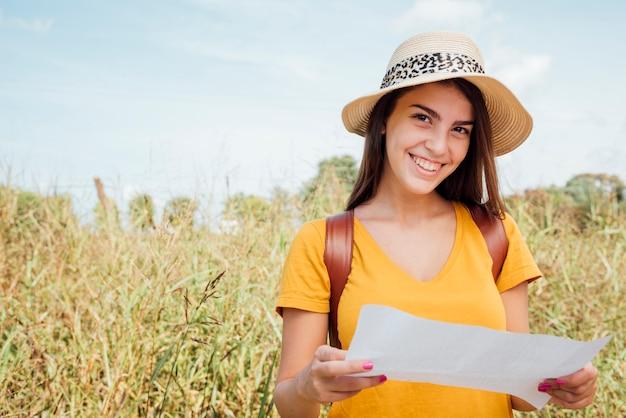 Smily vrouw die een hoed draagt die direct de camera bekijkt Gratis Foto