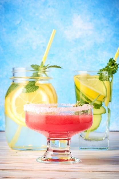 Smoothie van rode watermeloen, komkommerwater en limonade met muntblaadjes Premium Foto