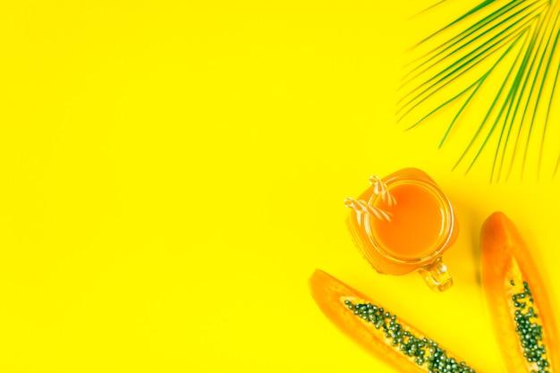 Smoothies / cocktail / sap op een helder pastel, zomerconcept. Premium Foto