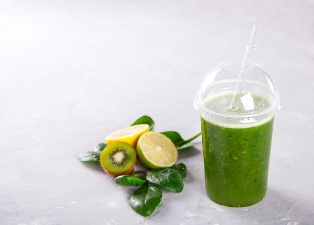 Smoothies groen. drink cocktailspinazie, appel, kiwi, citroen Premium Foto