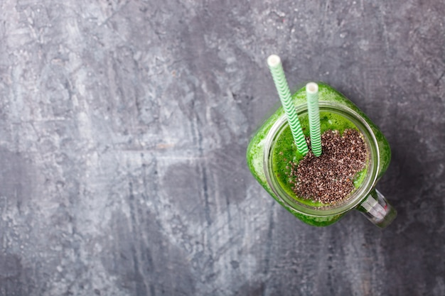 Smoothies van groene groenten en fruit. zomerfeestdrankje. Premium Foto