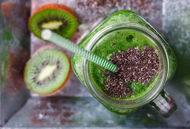 Smoothies van groene groenten en fruit. Premium Foto