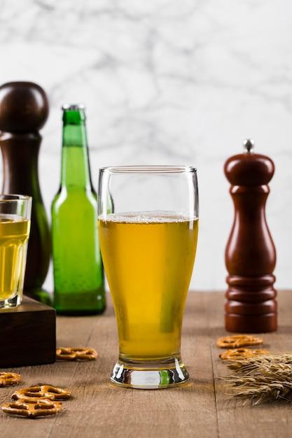 Snack en koud bier Gratis Foto