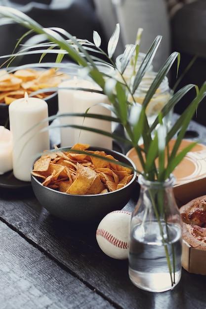 Snacks op tafel met plant en kaarsen Gratis Foto