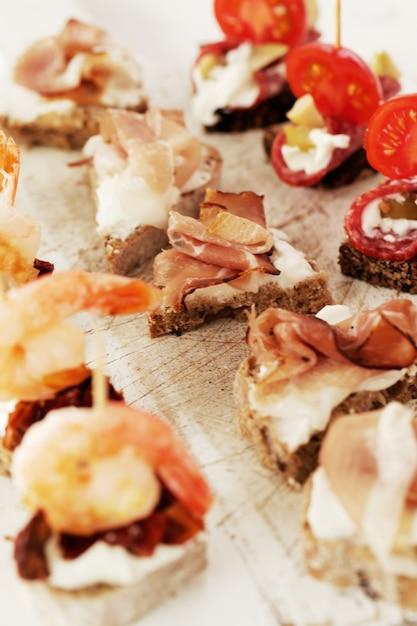 Snacks op tafel Gratis Foto
