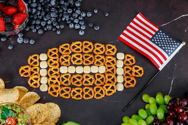 Snacks voor het bekijken van bovenaanzicht van een amerikaanse superbowl Premium Foto