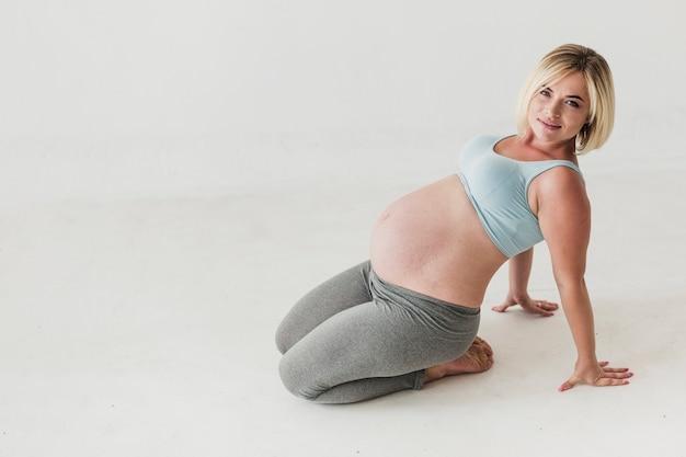 Snak schot zwangere vrouw met exemplaarruimte Gratis Foto