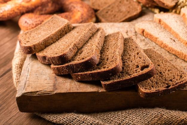 Sneetjes donker en wit brood op het keukenbord Gratis Foto