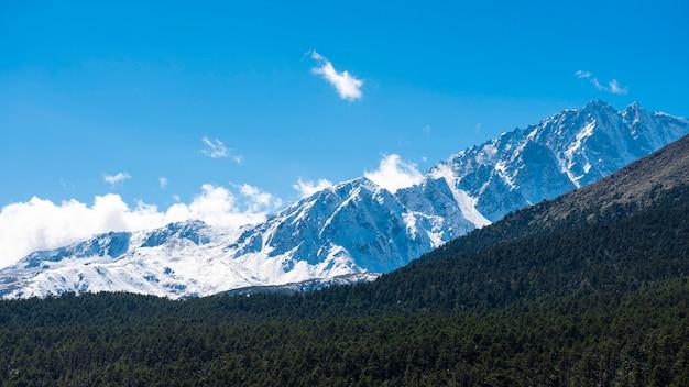 Sneeuw berg blauwe hemel Premium Foto