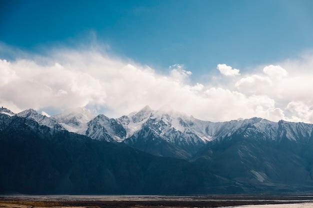 Sneeuw berg en blauwe hemel in leh ladakh, india Gratis Foto