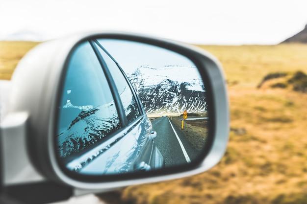 Sneeuw en bergen uitzicht op de buitenspiegel Premium Foto