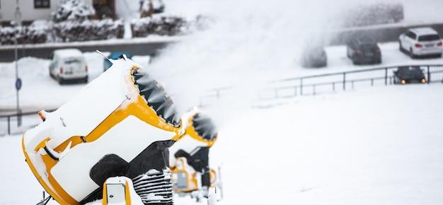 Sneeuwkanon, machine of geweer sneeuwt de hellingen of bergen voor skiërs en snowboarders, kunstmatige sneeuw Premium Foto