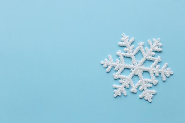 Sneeuwvlok op blauw oppervlak Gratis Foto