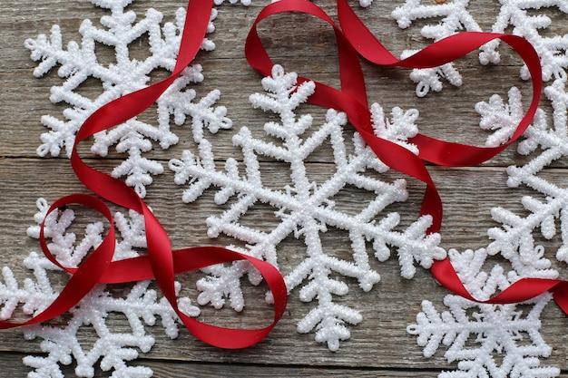 Sneeuwvlokken en rood lint Gratis Foto