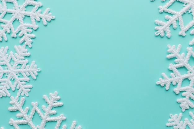Sneeuwvlokken op blauw oppervlak Gratis Foto