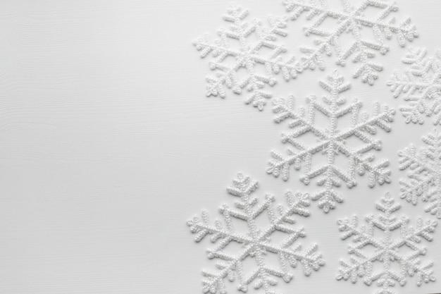 Sneeuwvlokken op wit oppervlak Gratis Foto
