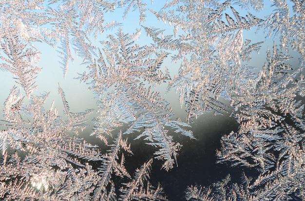 Sneeuwvlokken rijp op vensterglas Premium Foto