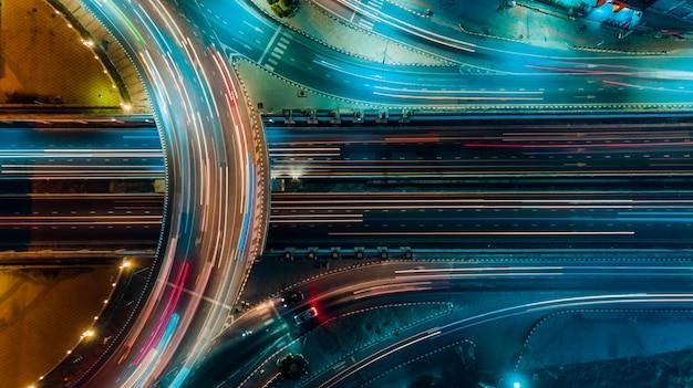 Snelweg bovenaanzicht, verkeer een belangrijke infrastructuur in thailand Premium Foto