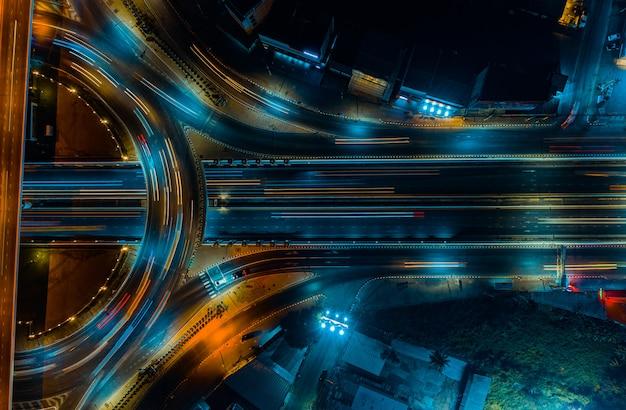 Snelweg bovenaanzicht, wegverkeer een belangrijke infrastructuur in thailand Premium Foto