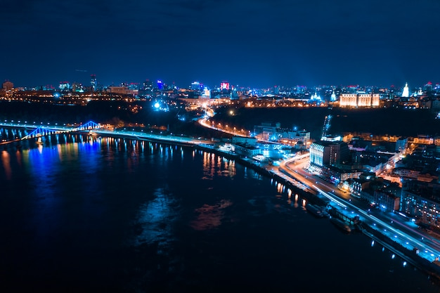 Snelweg 's nachts in de moderne stad Gratis Foto